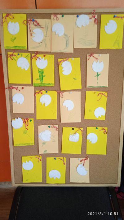 """Сръчните детски ръце на децата от група """"Буратино"""" , са изработили красиви картички, с които да зарадват свойте майки и баби за празника - Изображение 1"""