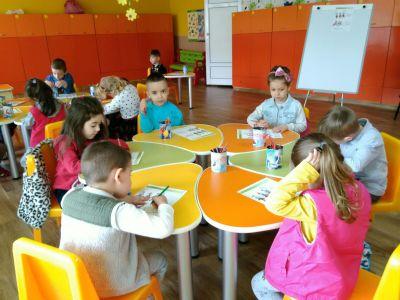 """Сръчните детски ръце на децата от група """"Буратино"""" , са изработили красиви картички, с които да зарадват свойте майки и баби за празника - Изображение 2"""