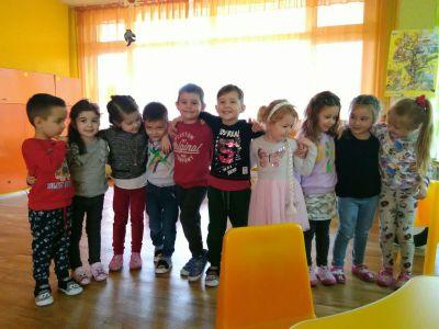 """Сръчните детски ръце на децата от група """"Буратино"""" , са изработили красиви картички, с които да зарадват свойте майки и баби за празника - Изображение 4"""