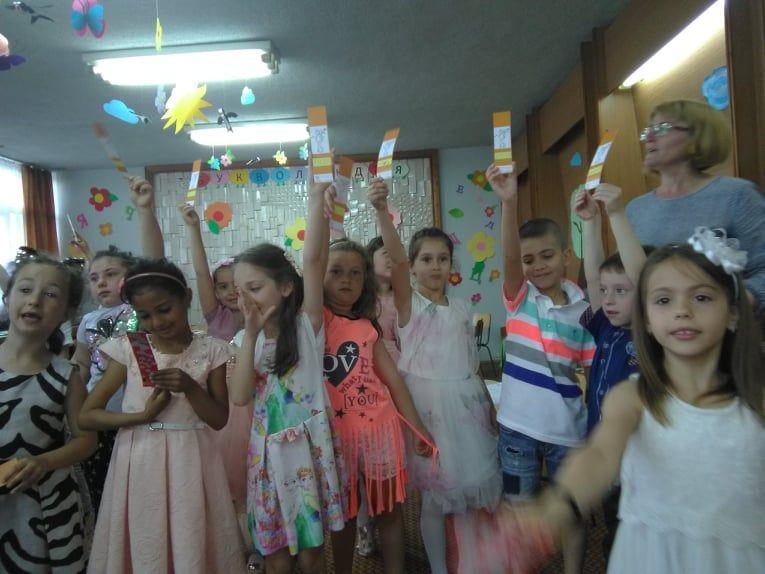 """Тържество, послучай изпращането на децата от детската градина в първи клас-група """"Буратино"""" - голяма снимка"""