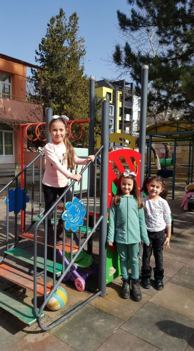 Да се порадваме на хубавото време -игри в двора на детската градина - ДГ №8 Слънце - Търговище